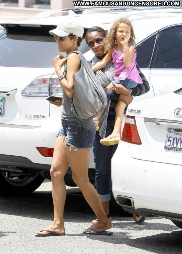 Halle Berry Actress Showing Legs Sexy Paparazzi Cute Babe Ebony