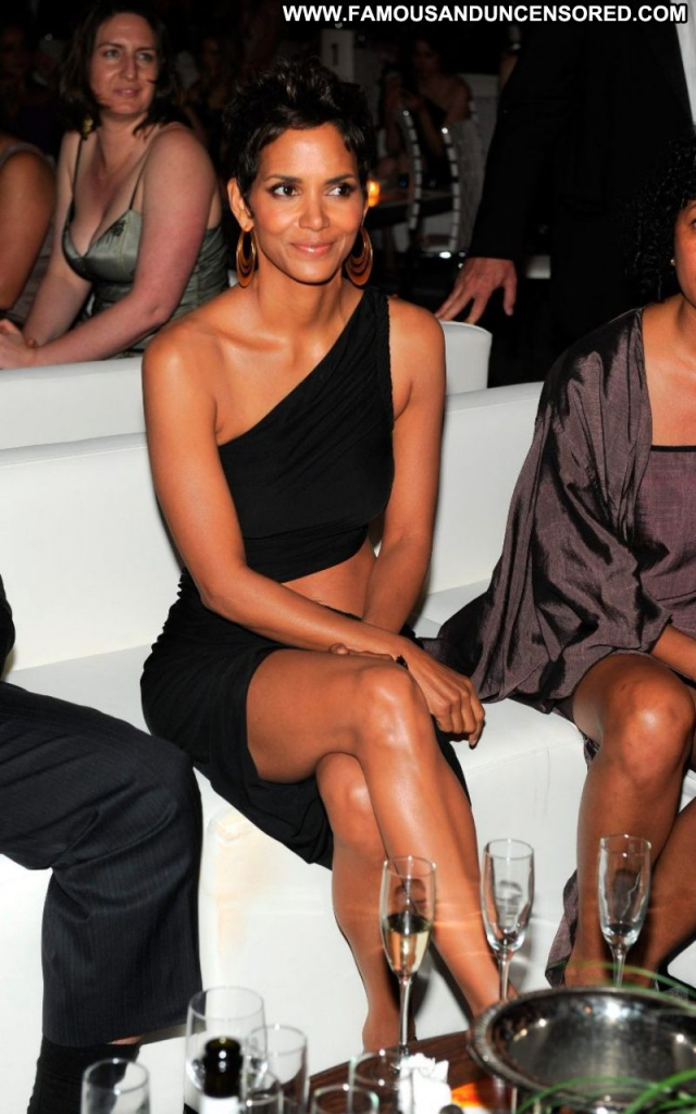 Halle Berry Posing Hot Ebony Celebrity Actress Cute Showing Legs Sexy