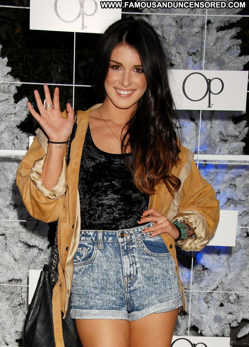Shenae Grimes Celebrity Sexy Actress Brunette Canada Doll Babe Showing Legs Shorts